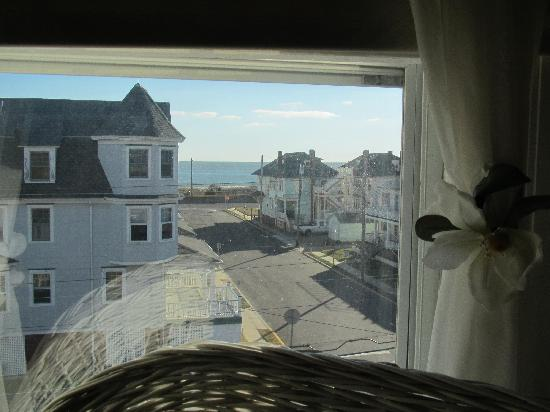Victorian Lace Inn: ...just 5 doors from the beach...