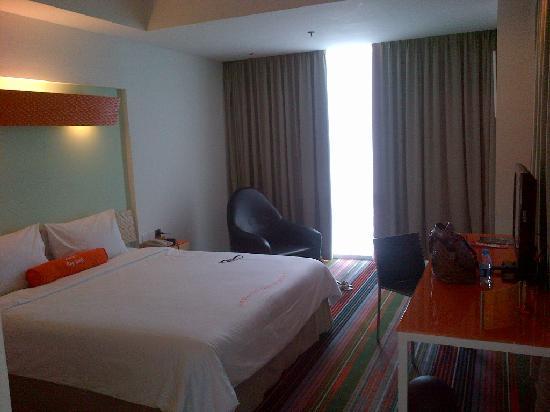 HARRIS Suites FX Sudirman: The spacious room