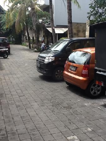 ذي أويسياس كوتا: parking area only for about 7 - 8 small car