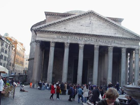 Albergo del Sole Al Pantheon: Pantheon view from the hotel entrance