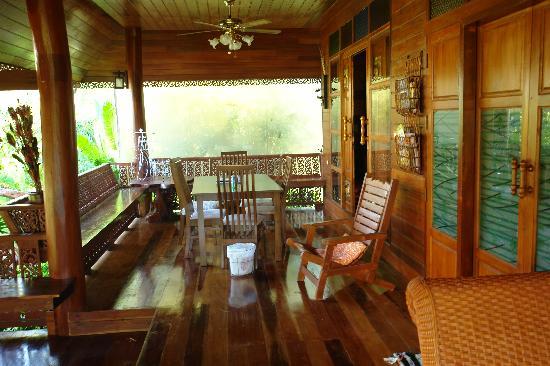 Mermaid Mansion & Thai Villa: Terraza