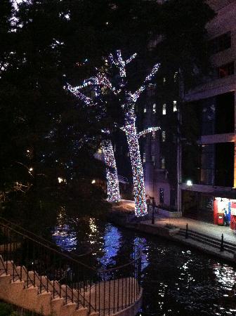 Wyndham Riverside Suites: Riverwalk at night