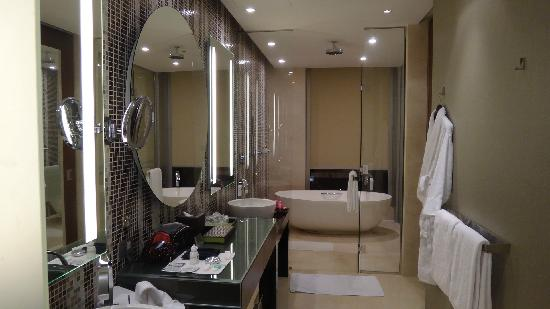 澳门君悦酒店: Bathroom was very spacious.