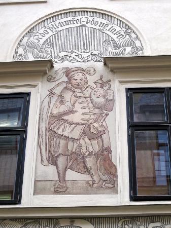 Stopkova Plzeňská Pivnice: antica decorazione a graffito sulla facciata