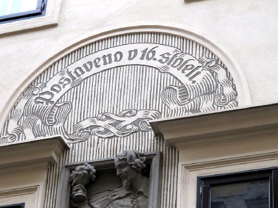 Stopkova Plzeňská Pivnice: particolare di bassorilievo sulla facciata