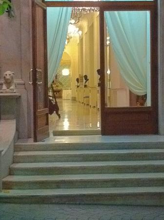 Europa Palace Grand Hotel: 中庭の入り口