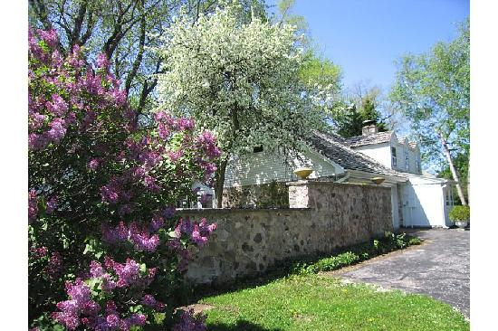 American Country Farm Bed and Breakfast: Apples and Lilacs in Bloom