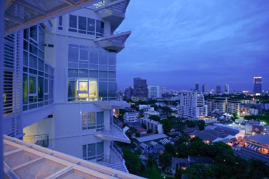 Anantara Baan Rajprasong Serviced Suites: Skyline at dusk