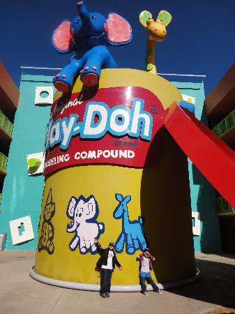 Disney's Pop Century Resort: Outside 60´s building
