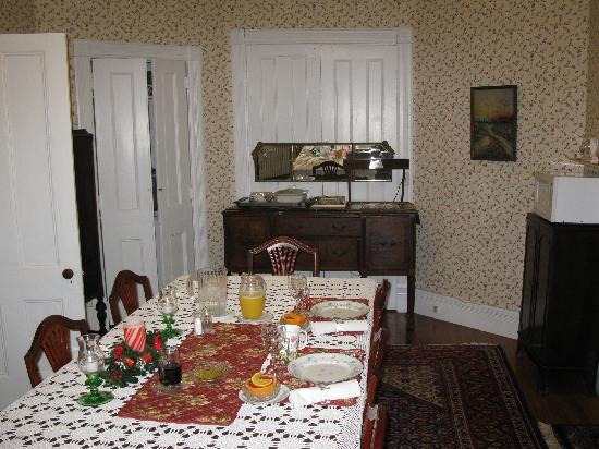 Stonegate Bed and Breakfast: Dining Room
