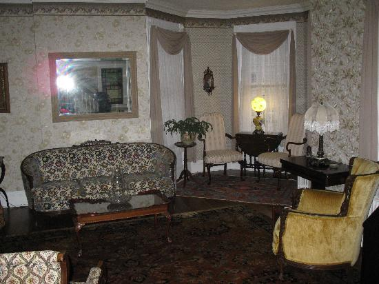 Stonegate Bed and Breakfast: Sitting Room