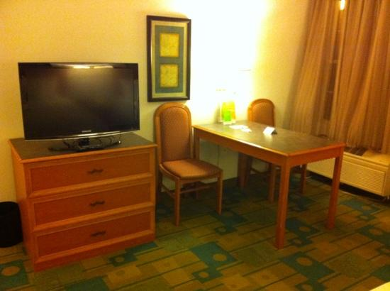 La Quinta Inn & Suites Flagstaff : old chairs and nice tv