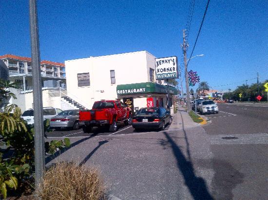 Kenny's Korner Inn: streetscape, tiny place!