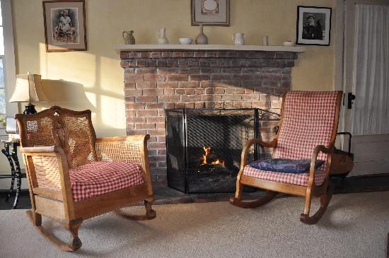 Woodstock Country Inn: Relax by the fire