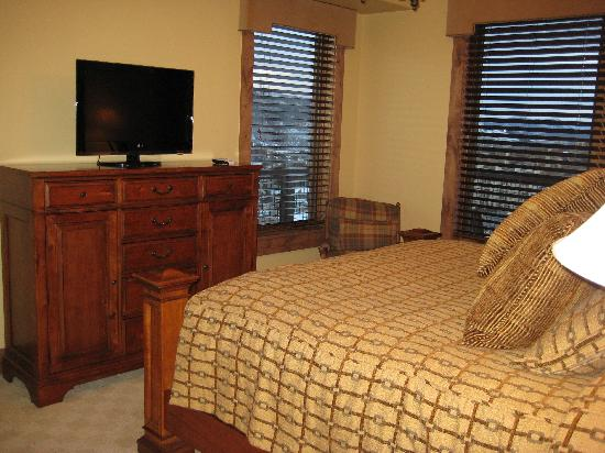 Edgemont Condominiums: master bedroom
