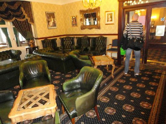 Queens Hotel: Had we been visiting during the Victorian Age this furniture would have been spot on. The hotel
