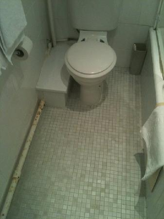 Queens Hotel : More bathroom floor rust