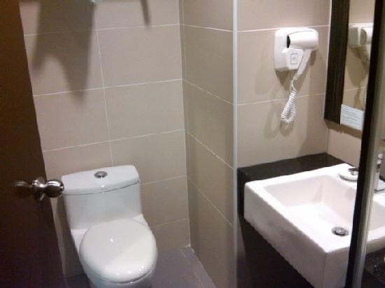 Marvelux Hotel: Bathroom