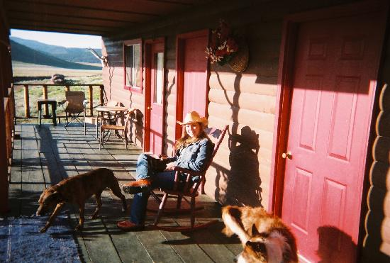 Badger Creek Ranch: Enjoy a afternoon break on the porch