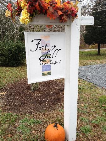 Fort Hill Bed and Breakfast: Sign with pumpkins