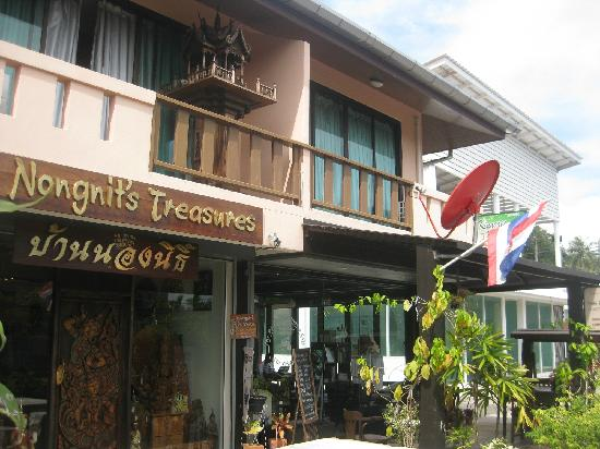 The Panwa Guesthouse : the handcraft shop and rooms on the 2nd floor