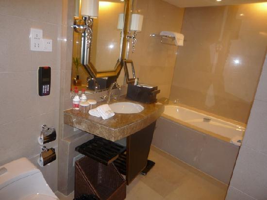 Wyndham Grand Plaza Royale Hangzhou : Bathroom size