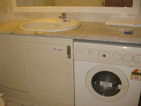ULTIQA Rothbury Hotel: Vanity area in bathroom, with washing machine