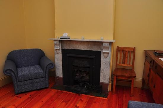 Cape du Couedic Lighthouse Keepers Heritage Accommodation: Fireplace (we did not use this, though)