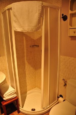 Apartamentos Palacio Real: The bathroom (small/tight bath area)