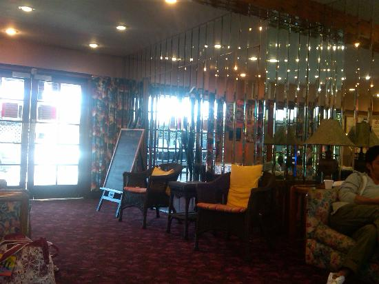 Tradewinds Airport Hotel : lobby