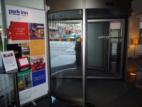 Park Inn by Radisson Oslo: Entrance - revolving door
