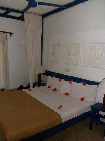 Pinewood Beach Resort & Spa: Beds decorated daily in differing patterns of fresh flowers