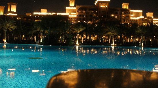 دار المصيف في مدينة الجميرا: Pool Al Quasr bei Nacht