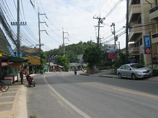 Surin Sabai : Main street going to the beach