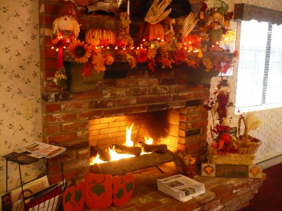 Svendsgaard's Lodge - Americas Best Value Inn: Reception/Dining Area Fireplace decked out for Halloween
