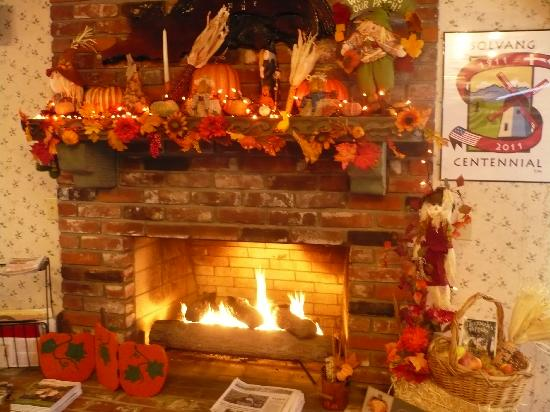 Svendsgaard's Lodge - Americas Best Value Inn: Beautiful Halloween Fireplace Decorations