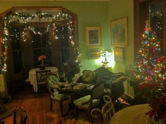The Swann Inn of Beacon : Christmas time visit. The parlor.