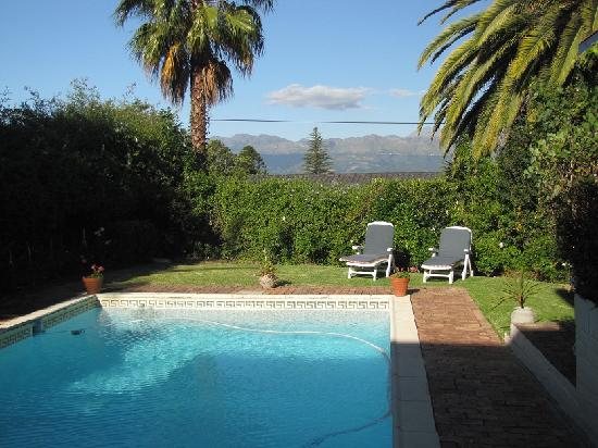 Jacaranda B & B: Pool and mountain range