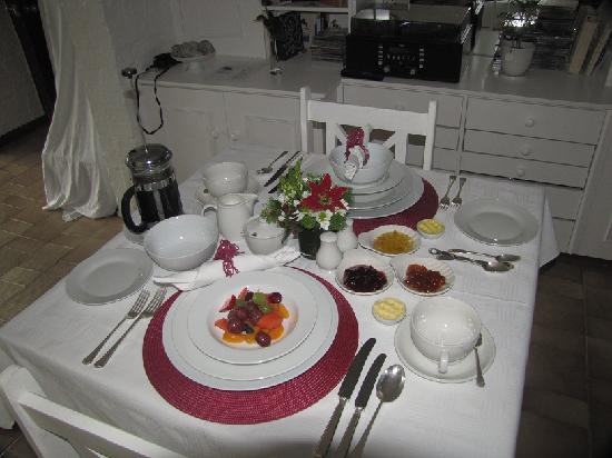 Jacaranda B & B: Breakfast table