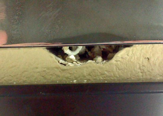 La Quinta Inn & Suites San Diego Mission Bay : exposed wiring in bathroom