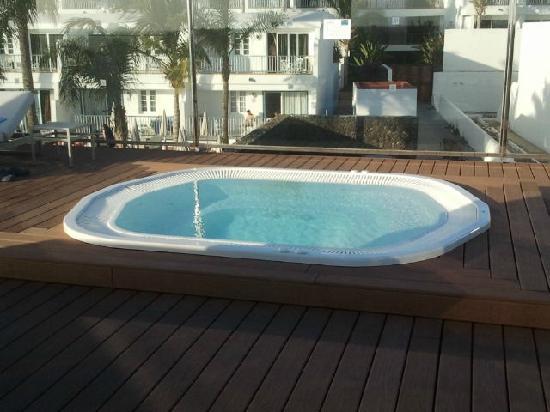 Apartamentos Fariones: Rooftop jacuzzi