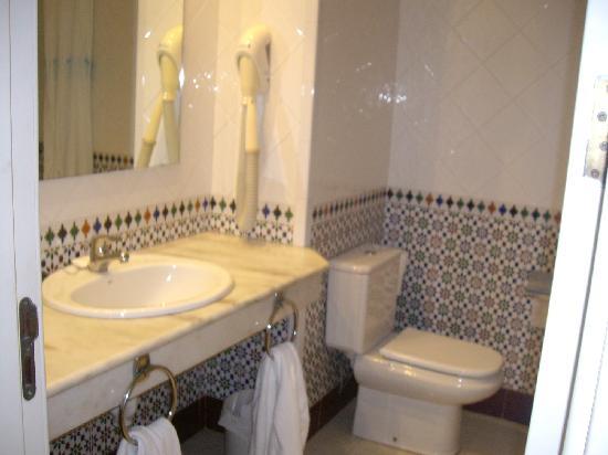 Apartamentos Fariones: Bathroom