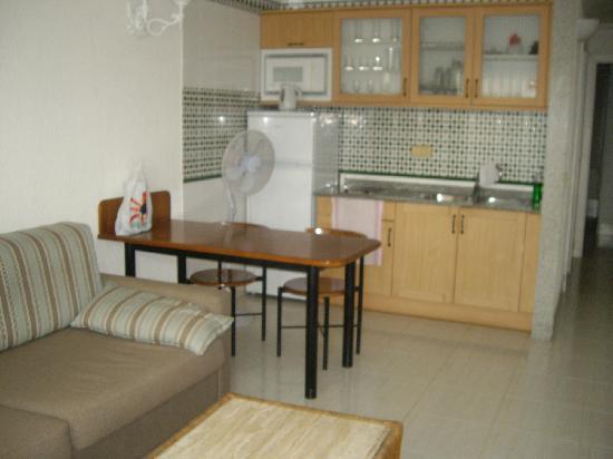 Apartamentos Fariones: Kitchen area