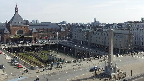 Radisson Blu Royal Hotel Copenhagen : View looking south at the train station from the hotel room