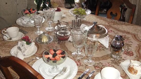 Vinifera, The Inn on Winery Row: Elegant breakfast service