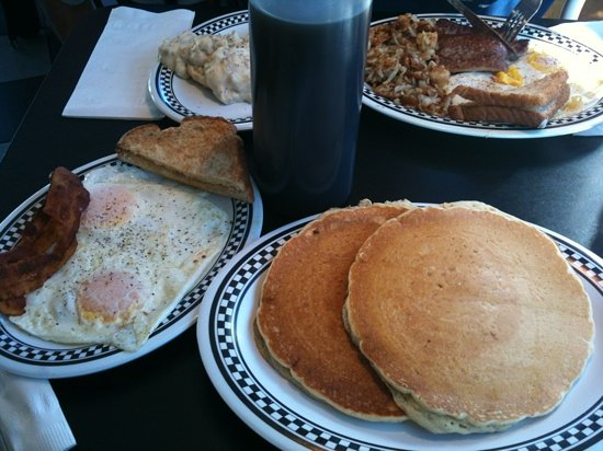 DJ's Diner and Seafood Grill : plenty of syrup!!