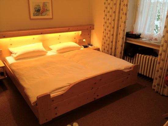 Hotel Bavaria: Firm and comfortable bed