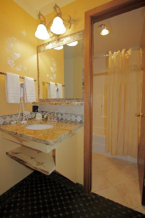 Browns Canyon Inn: **CLEAN**, newly remodeled bathrooms!