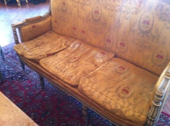Don Vicente de Ybor Historic Inn: Lovely, sagging couches like this dotted around the lobby.