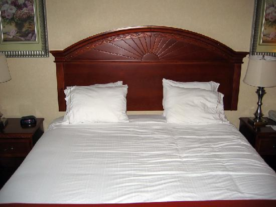 Holiday Inn Express & Suites Bakersfield Central: Comfy Bed